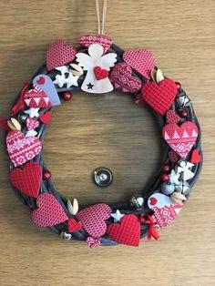 Adventní věneček zdobený polymerovými srdíčky od paní Sylvy Zikešové. Burlap Wreath, Wreaths, Home Decor, Decoration Home, Door Wreaths, Room Decor, Burlap Garland, Deco Mesh Wreaths, Home Interior Design