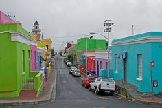 Bo-Kaap is a beautiful part of Cape Town, South Africa, situated on the slopes of Signal hill above the city center. Bo-Kaap also be called a Malay kampong because the majority of the population are descendants of India, Indonesia, Sri Lanka and Malaysia, which was once a slave who was brought here by the Dutch East Indies Trading Company in the 17th and 18th centuries. Tourists can take a walk on the road narrow and winding and enjoy all the bright colors that adorn the building. Signal Hill, Dutch East Indies, Trading Company, Mountain Range, Canada Travel, Descendants, Cape Town, Sri Lanka, 18th Century