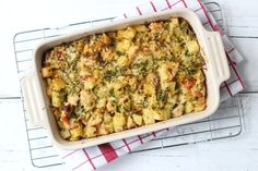 Zin in een lekkere ovenschotel met aardappel en kip? Bekijk dan eens dit lekkere en simpele recept met onder andere broccoli.