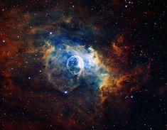A más de 7.000 años-luz de distancia se encuentra la Nebulosa Burbuja. Es el producto de varios factores. Por un lado, el viento estelar de una estrella muy masiva (en el centro de la burbuja) empuja a la nebulosa lejos de sí. Por otro lado, sin embargo, una nube molecular gigante (que se puede ver a la derecha) contiene la expansión. #astronomia #ciencia