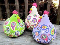 Hergestellt aus getrockneten Kürbissen, sind diese geschwätzigen Hühner sehr in Mode in der Küche hängen. Höchstwahrscheinlich sind sie quatschen über meinen Mangel an Fähigkeit und die Tatsache, dass ich noch Ei aus der Decke Reinigung bin kochen... aber sprechen wir über die Hühner!  Dieser Satz von drei Hühner sind von hand gemalten Originale. Das weiße Huhn ist ungefähr 11 hoch, und die anderen beiden sind ungefähr 9 hoch. Großartige Unterhaltung!  Preis ist inklusive Versand.