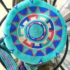 una hebra mochila wayuu - Google Search Tribal Patterns, Peyote Patterns, Crochet Patterns, Tapestry Bag, Tapestry Crochet, Tambour, Filet Crochet, Knit Crochet, Mochila Crochet