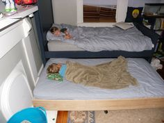how to make a trundle bed - Would be good for extra beds for when company comes