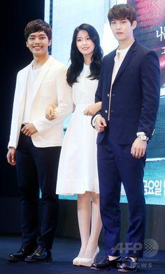 韓国・ソウルのグラッド・ホテル・ヨイド(GLAD Hotel Yeouido)で行われた、韓国放送公社(KBS)の新ドラマ「オレンジ・マーマレード Orange Marmalade 오렌지 마말레이드」の制作発表会に臨む、(左から)俳優のヨ・ジング、ガールズグループ「エイオーエイ」 のソルヒョン、アイドルバンド「CNBLUE」のイ・ジョンヒョン(2015年5月12日撮影)。(c)STARNEWS ▼20May2015AFP|新ドラマ「オレンジ・マーマレード」の制作発表会、ソウルで開催 http://www.afpbb.com/articles/-/3049304 #김설현 #金雪炫 #Kim_Seolhyun #여진구 #呂珍九 #Yeo_Jin_goo #이종현 #李宗泫 #Lee_Jong_hyun