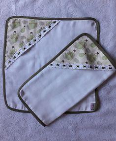 Kit com 2 fraldinhas de boca com detalhe em tecido com estampa de balões na cor verde e passa fita formando um bolsinho para guardar a chupeta.