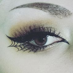 Spiderweb eyeliner Halloween Eyeshadow, Halloween Makeup Witch, Gothic Halloween Costumes, Witchy Makeup, Creative Halloween Costumes, Witch Costumes, Halloween Makeup Tutorials, Halloween Make Up, Halloween Hair