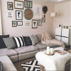 Gri kanepeler, pek çok renkle kolay kombinlenmesi sayesinde krem ve toprak tonları istemeyenler için beyaza harika bir alternatif yaratıyor. Modern bu salonun duvar aksesuarları ve yastıkları köşe koltuğa çok güzel bir uyum sağlamış..