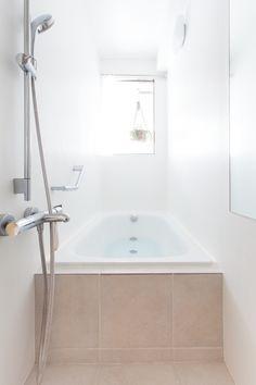 ホテルのような雰囲気漂う縦型のお風呂。光がしっかり入るので、明るい時間から入浴したくなりそう。#S様邸多摩川 #浴室 #縦型 #ホテルライク #ファミリー #シンプルな暮らし #ファミリー #EcoDeco #エコデコ #インテリア #リノベーション #renovation #東京 #福岡 #福岡リノベーション #福岡設計事務所 Bathtub, Bath Room, House Styles, Furnitures, Room Ideas, Home, Standing Bath, Washroom, Bathtubs