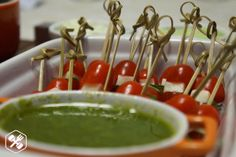 caprese-no-palito Pesto, Caramel Apples, Open House, Brunch, Healthy Eating, Low Carb, Pudding, Fruit, Desserts