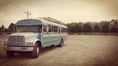 Vader en zoon bouwen oude schoolbus om tot huis