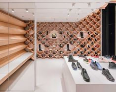 kengo kuma has completed the renovation of the camper paseo de gracia store in barcelona using vaulted ceramic plates as the main visual element. Kengo Kuma, Shopping In Barcelona, Shop Interior Design, Store Design, Camper Store, Ceiling Plan, Shoe Display, Display Wall, Beach Cottages