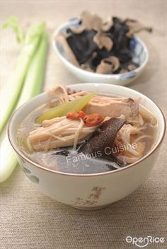 This soup contains high nutritious because it uses black fungus, enoki mushroom and black-bone chicken to boiled this soup! Give a try to this yummy and healthy soup! 喜欢喝汤吗?这个木耳金姑炖乌鸡汤食谱你绝对不要错过。因为这个鸡汤含