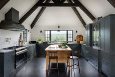 Kitchen Trends for 2019 We're Betting Will Be Huge Beautiful dark kitchen cabinets with vaulted ceilingBeautiful dark kitchen cabinets with vaulted ceiling Best Kitchen Cabinet Paint, Best Kitchen Cabinets, Painting Kitchen Cabinets, Dark Cabinets, Green Cabinets, Black Kitchens, Cool Kitchens, Home Interior, Interior Design Kitchen