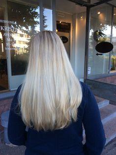 Ashy platinblond hair - bronde highlights with glossing - pitkät platinan ja tuhkaisen vaaleat hiukset Illuminan kiiltokäsittelyllä ja tyviraidoilla #platin #plond #highlights #raidat #olaplex