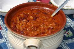 A káposztás bab valóban különleges étel és a bab, a savanyú káposztával kifejezetten harmonizál. Minél gazdagabban készítjük, annál ízletesebb. Pesto Pasta Bake, Microbiome Diet, Diet Recipes, Cooking Recipes, Hungarian Recipes, Hungarian Food, Food 52, One Pot Meals, Chana Masala