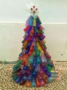 Árbol de navidad colorido hecho con botellas recicladas | Manualidades de hogar