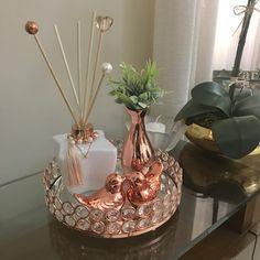 Glamour Decor, Table Decor Living Room, Room Decor Bedroom, Warm Home Decor, Home Decor Items, Home Design Decor, Modern Vintage Decor, Kitchen Decor Themes, Decorating Coffee Tables