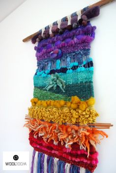 Chakras in pure wool to energize your place, made with Reiki. Weaving Wall Hanging, Weaving Art, Weaving Patterns, Tapestry Weaving, Loom Weaving, Hand Weaving, Wall Hangings, Yarn Crafts, Diy And Crafts
