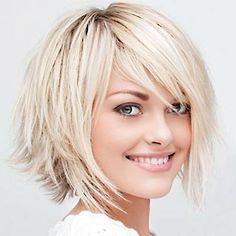 Pour mettre en évidence son look jeune et dynamique, le coiffeur de cette jeune femme a coupé ses cheveux au carré, en dégradant toutefois l...
