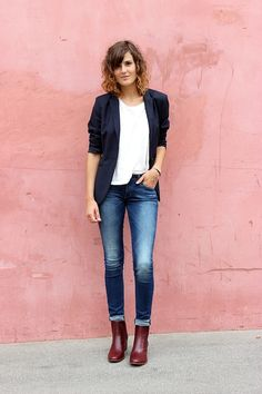 She just looks so good in this easy outfit: white shirt, medium rinse jeans, navy blazer and burgundy booties. Sleeves are pushed up. It's all seamless, right down to the perfect roll. Booties Outfit, Outfit Jeans, Blazer Outfits, Jean Outfits, Casual Outfits, Blazer Jeans, Blue Blazer Outfit, White Tshirt Outfit, Red Booties