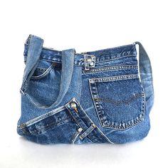 Ce sac à bandoulière a une forme unique. Je l'ai fait de plusieurs morceaux de pantalons en denim recyclé. Avant et arrière ont des conceptions totalement différentes. Il a une ouverture en forme de V et une courbe et la base plus large. Ce sac est entièrement doublé avec un tissu polyester bleu foncé. Il dispose de 4 poches extérieures sur le dos et le devant et une poche intérieure. Un clin doeil magnétique maintient louverture fermée. Sangle réglable vous permet de le porter sur l'épaule…