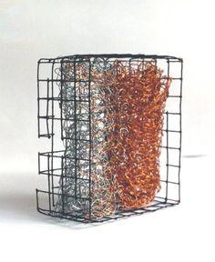 Amour Épris 10,5x9x5cm (Design) por Maria Antónia Santos fio de cobre e ferro tricotados