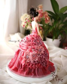 Now that's a doll cake worth making! Barbie Torte, Bolo Barbie, Beautiful Cakes, Amazing Cakes, Dolly Varden Cake, Foto Pastel, Dress Cake, Cake Decorating Tutorials, Cake Tutorial