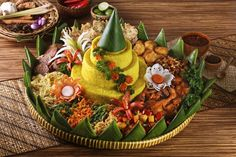 Indonesia has many delicious foods that you must eat. Read our Indonesian Food list in this article that listed Top Indonesian Cuisine and Indonesian Foods. Asian Recipes, Beef Recipes, Beef Tagine, Indonesian Cuisine, Food Garnishes, Fashion Cakes, Nasi Lemak, Creative Food, Food Presentation