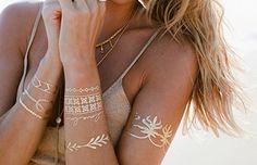 Son günlerde ünlülerin vücudunda parlayan altın dövmeler yeni trend alarmının habercisi.. #fashion #tattoos