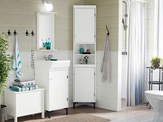 Maalaistyylinen harmaa-valkoinen kylpyhuone, jossa SILVERÅN-allaskaluste ja kulmakaappi.