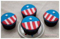 Cupcakes+no+tema+do+Capitão+América+para+comemorar+os+4+aninhos+de+Rafa.+A+mamãe+Joelma+escolheu+Cupcakes+de+baunilha+com+recheiro+de+brigadeiro,+o+preferido+das+crianças.