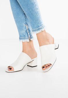Imagen principal de producto de Topshop NOTORIOUS CURVE Sandalias white - Topshop Pumps Heels, Shoes Sandals, Shoes Sneakers, Heeled Mules, Loafer Mules, How To Stretch Shoes, Denim Ideas, Shoe Collection, Summer Shoes