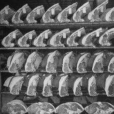 Cuts of Beef on Shelves at Meat Processing and Packing Plant Fotodruck von…