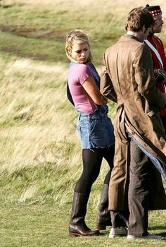 Doctor Who Cosplay and Costuming - Rose Tyler Breakdown - I like this image for the detail of Ten's coat. (of course, it makes me giggle seeing Billie checking David out. Doctor Who Cosplay, David Tennant, Rose And The Doctor, Billie Piper, Don't Blink, Rose Tyler, Torchwood, Dr Who, Superwholock