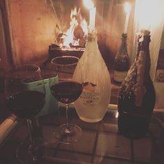 O que fazer se já é sexta de novo. Música vinho velas lareira etc. #fireplace #wine #music #candle #olioliteam @olioli_lifestyle