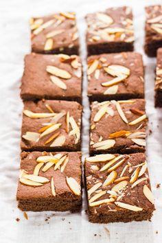Eggless chocolate and almond brownies Eggless Blondies Recipe, Best Chocolate Brownie Recipe, Chocolate Chunk Brownies, Chocolate Chip Cookie Bars, Chocolate Pies, Almond Chocolate, Brownie Recipes, Cupcake Recipes, Cupcake Cakes