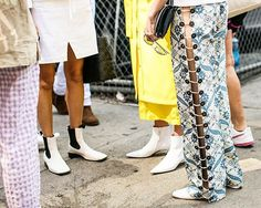 Can you guess the girls by the shoes ? #nyfw day #whiteshoes @vogueparis