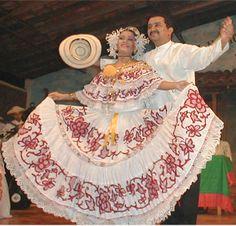 Pareja bailando con el vestido típico de Panamá
