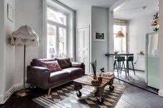 Décoration à la fois simple et recherchée dans ce deux pièces situé en coeur d'une grande ville suédoise, et s'il fait moins de 40 m², cela ne se remarque guère, tant les espaces sont bien exploités.
