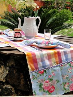 Love this shabby table runner Table Runner And Placemats, Table Runners, Quick Crochet Patterns, Picnic Blanket, Outdoor Blanket, Oblong Tablecloth, Vintage Fabrics, Artisanal, Sewing Projects