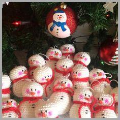 Snowman - Free Amigurumi Crochet Pattern here: http://doubletrebletrinkets.co.uk/2014/12/14/christmas-ornament-snowman/