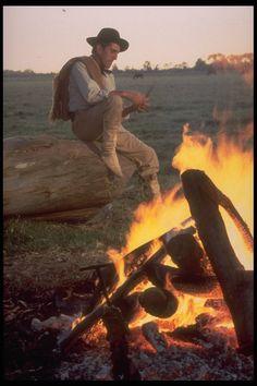 Gaucho argentino preparando el asado