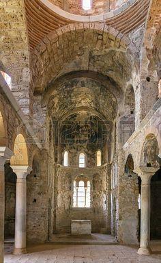 Iglesia de la Hodegetria. Mistra (Grecia), siglo XIV. Interior de tres naves, con tribunas.