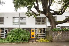 If you like the idea of one, there is a Eric Lyons-designed Span House on the Cator Estate, Blackheath, London just up for sale. Mid Terrace House, 1960s House, Small House Interior Design, Built In Cupboards, London Property, London House, House Windows, Mid Century House, Architecture Details