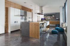 W tej kuchni wyspa składa się z dwóch części, których odrębność zaakcentowano różnymi materiałami wykończeniowymi. W