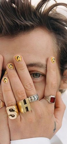 Harry Styles's manicurist shares the nail polish color he goes through the fastest, a nail art look he tried to DIY, and more in this exclusive interview. Styles Harry, Harry Styles Pictures, Harry Edward Styles, Harry Styles Concert, Stars Nails, Mens Nails, Harry Styles Lockscreen, Harry Styles Wallpaper Iphone, Nagellack Design