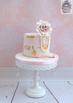 Pink, Gold Foil & Pearls Cake by Roses & Bows Cakery / Cake Artist: Karen Keany / white chandelier metal cake stand by Opulent Treasures Metallic Cake, Gold Cake, Birthday Cake Ideas For Adults Women, Birthday Ideas, Chandelier Cake, White Chandelier, Pearl Cake, Gold Birthday Cake, 27th Birthday