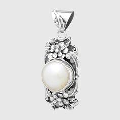 Pandantiv din argint realizat manual cu perlă mabe, bogat ornamentat cu elemente de design floral. Cod produs: VP7049 Greutate: 10.05 gr. Lungime: 5.00 cm Lățime: 2.00 cm