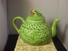 MAJOLICA-STRAWBERRY-AND-LEAF-TEAPOT-OR-BEVERAGE-PORTUGAL-WORLD-MARKET-NEW