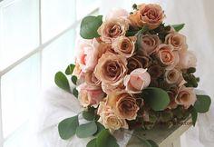 クラッチブーケ 紅茶と、カフェと、アプリコットのバラ : 一会 ウエディングの花